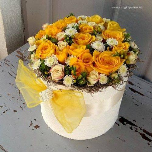 Virágdoboz a nap színeiben, vegyes virágokból