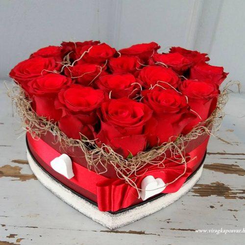 Szív alakú virágdoboz vörösrózsával