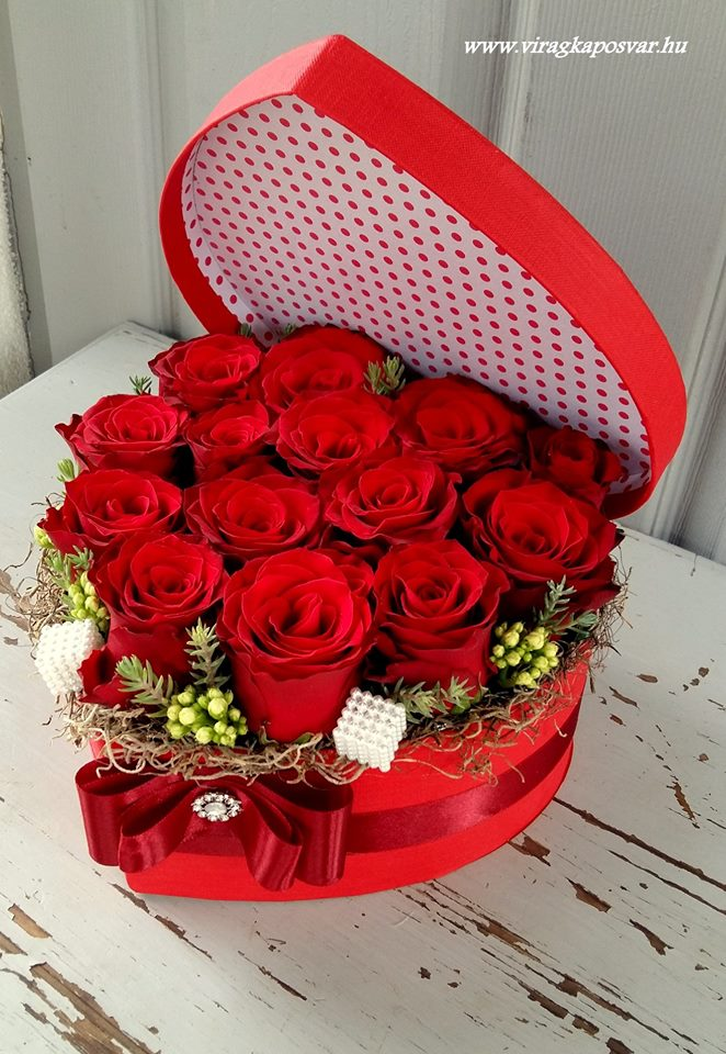 Szív virágdoboz tetővel vörösrózsával