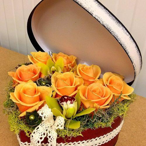 Szív virágdoboz tetővel, színes virágokból