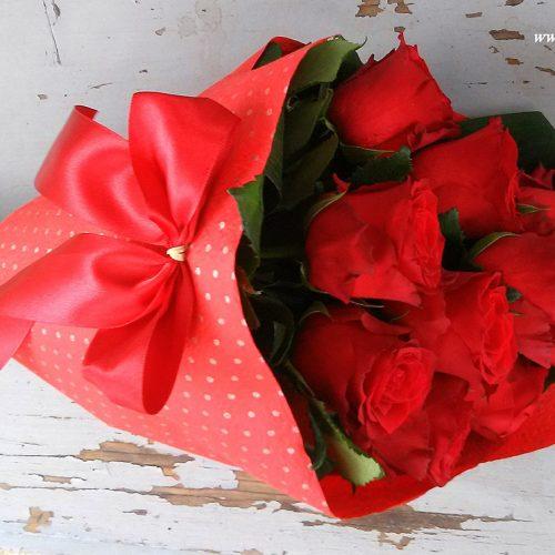 Szálas csokor vörös rózsából