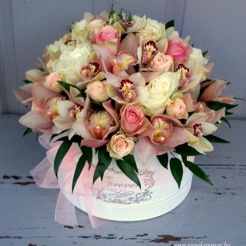 Virágdoboz pasztell színben vegyes virágokból