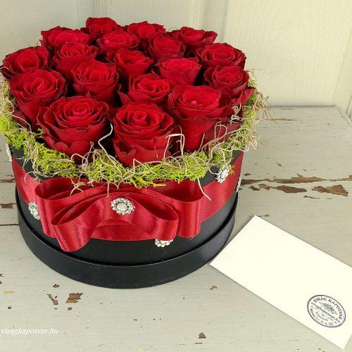 Vörös rózsa fekete virágdobozban