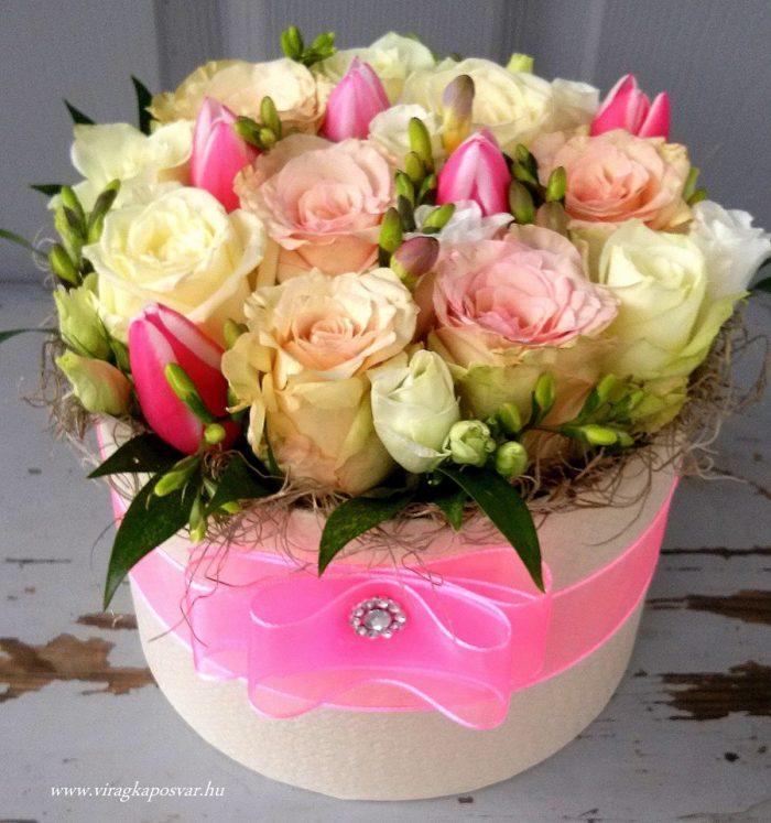 Virágdoboz sok rózsával