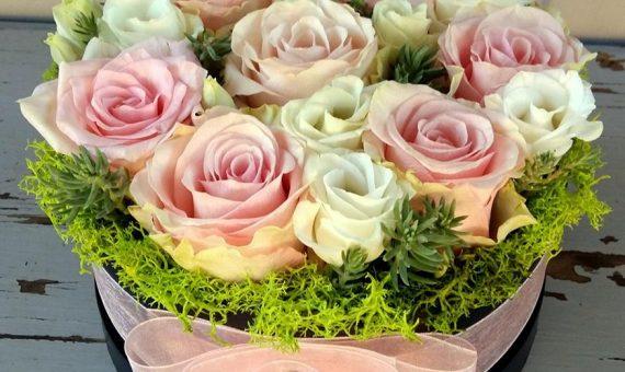 Virágdoboz pasztell rózsákkal, lizivel