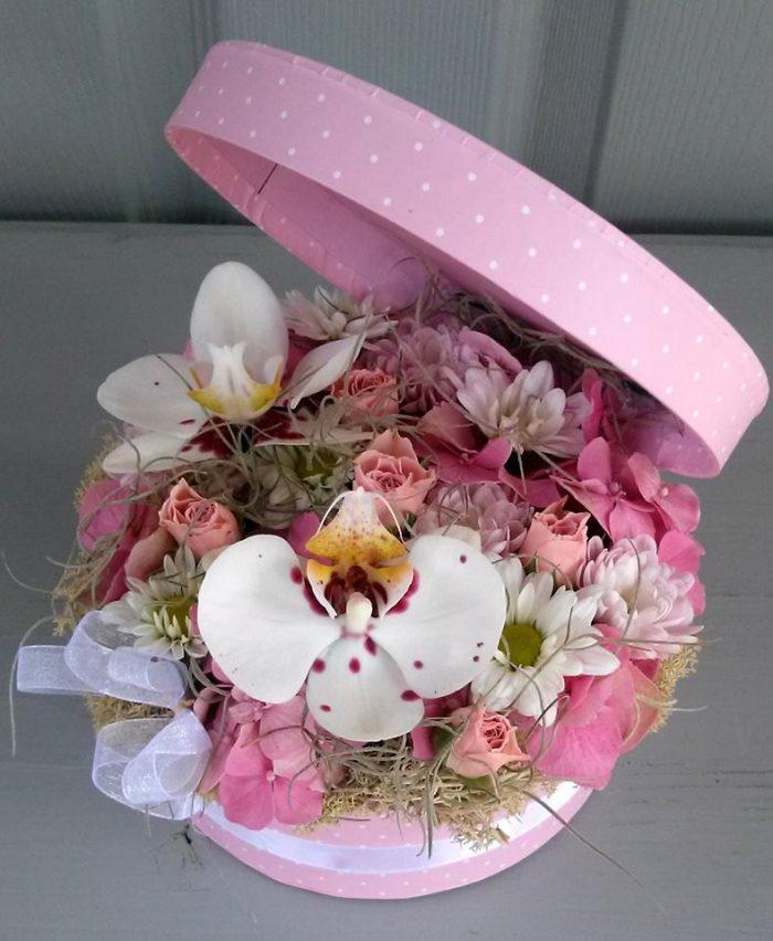 Rózsaszín virágdoboz orchideával