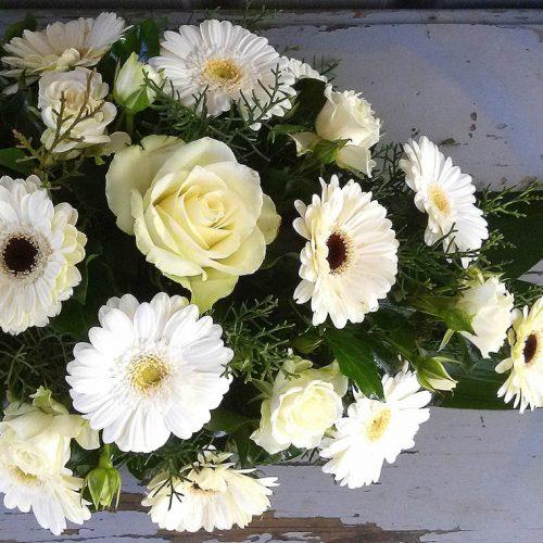 Tűzött sírcsokor fehér virágokból