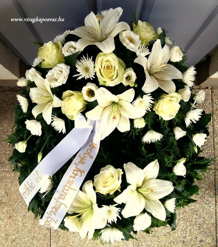 Görög koszorú két ponton díszített vegyes fehér virágokból