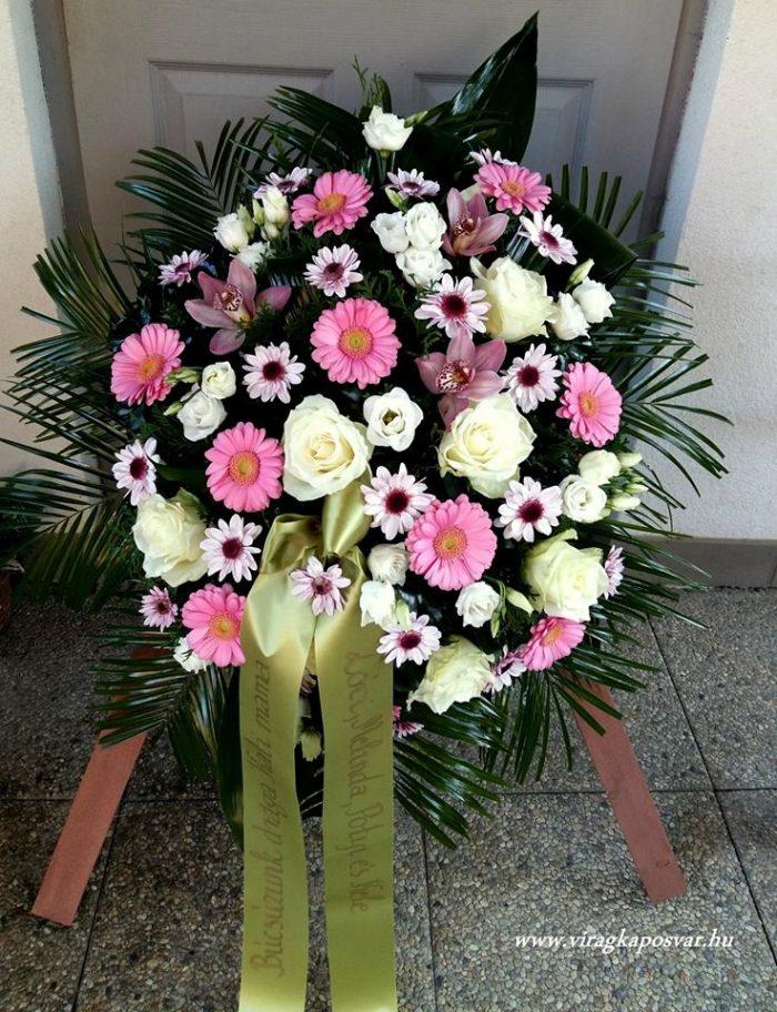 Állókoszorú vegyes színes és fehér virágokból