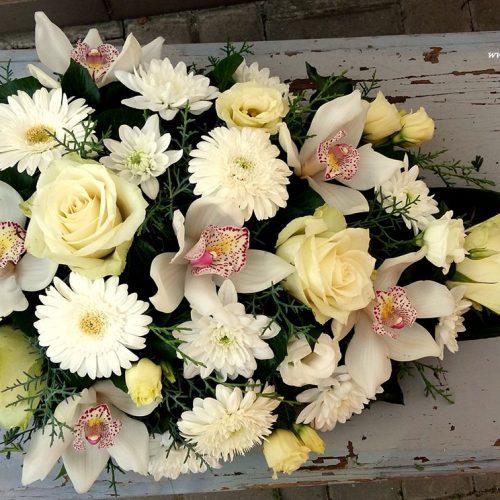 Tűzött sírcsokor fehér-krém virágokból