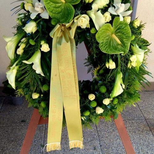 Görög koszorú zöld - fehér virágokból állvánnyal