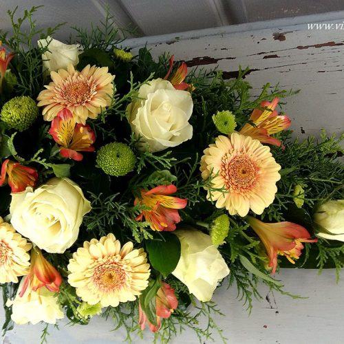 Tűzött sírcsokor színes virágokból