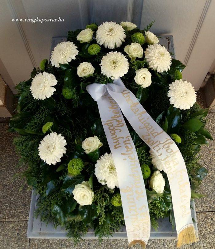 Görög koszorú két ponton díszített vegyes zöld - fehér virágokból