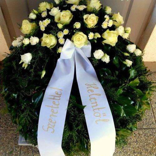 Görög koszorú egy ponton díszített fehér virágokból rózsával