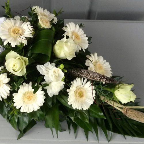 Tűzött sírcsokor fehér virágokból száraz elemekkel