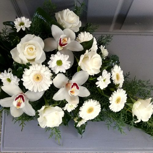 Tűzött sírcsokor fehér vegyes virágokkal