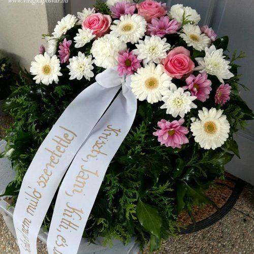 Görög koszorú egy ponton díszített fehér-rózsaszín virágokból