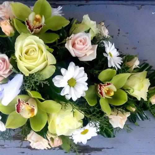 Tűzött sírcsokor pasztell színű virágokból