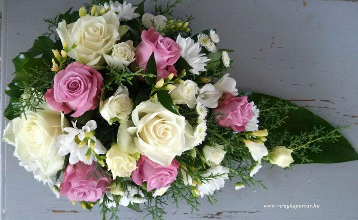 Tűzött sírcsokor rózsákkal