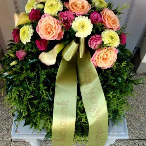Görög koszorú egy ponton díszített vegyes színes virágokból