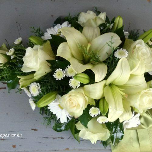 Tűzött sírcsokor krém virágokkal
