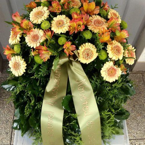 Görög koszorú egy ponton díszített vegyes virágokból
