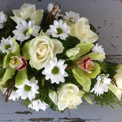 Tűzött sírcsokor zöld-fehér virágokból