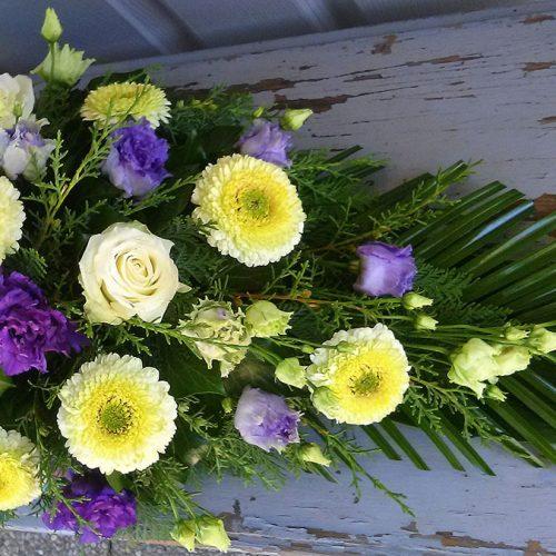 Tűzött sírcsokor lila-krém virágokkal