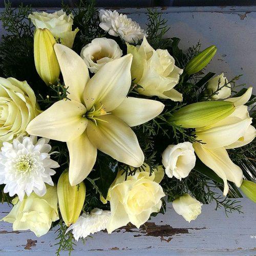 Tűzött sírcsokor krém színű virágokból