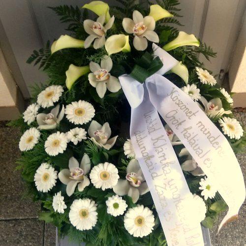 Görög koszorú körben díszített, fejdíszítéssel vegyes fehér virágokból