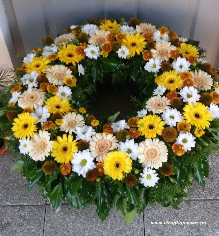 Görög koszorú körben díszített színes virágokból