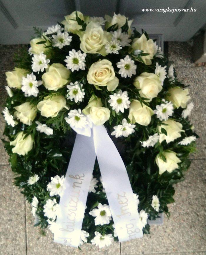 Görög koszorú két ponton díszített vegyes fehér virágokból, rózsával