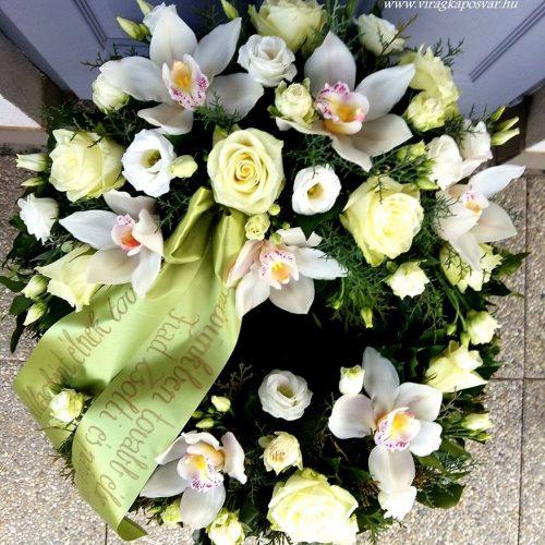 Görög koszorú fehér virágokból két ponton díszítve