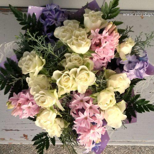 Színes csokor idény virágokból