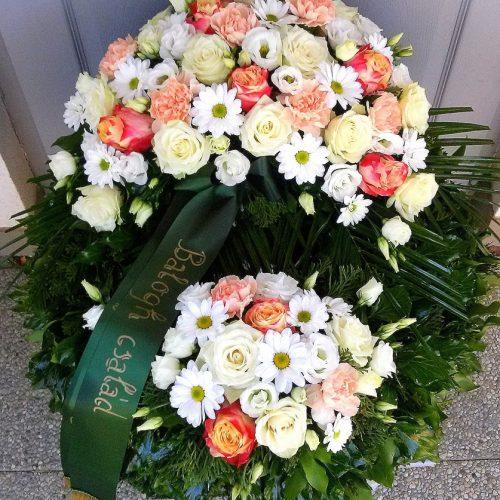 Görög koszorú két ponton sűrűn díszített vegyes színes virágokból