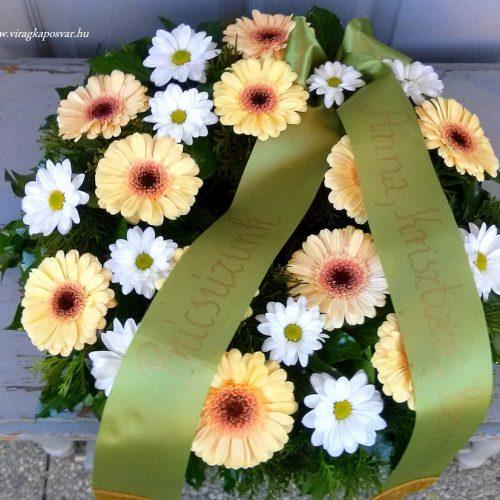 Görög koszorú körben díszített vegyes virágokból gerberával