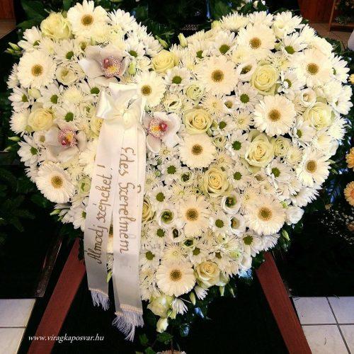 Szívkoszorú fehér vegyes virágokból állvánnyal