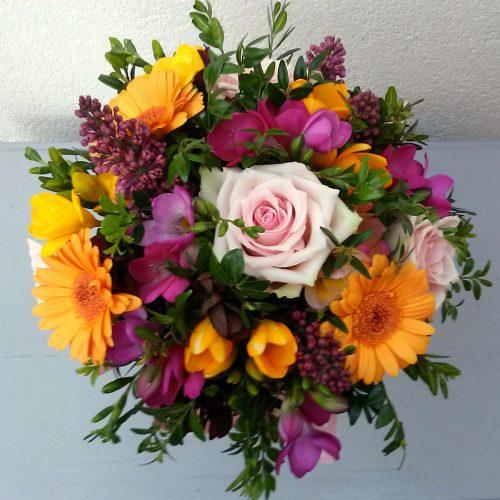 Színes vegyes csokor idényvirágokból